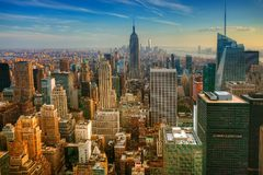 Bunte Dämmerungsansicht von Manhattan stockfotos