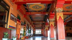 Bunte Decke und Säulen von Namo Buddha Monastery lizenzfreie stockbilder