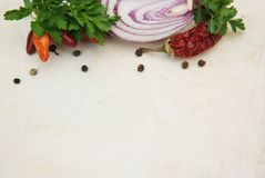 Bunte Defocused Gemüse-Gewürze Blured, Dill, Grün, Zwiebel Lebensmittelinhaltsstoff-Hintergrund für das Blogging Lebensmittel Kop Stockfotografie