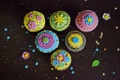 Bunte Dekorationen der schönen kleinen Kuchen Stockfotos