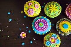 Bunte Dekorationen der schönen kleinen Kuchen Stockbilder
