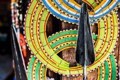 Bunte Dekorationen und Stange des Masais am Markt Stockfoto