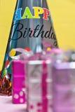Bunte dekorative Geschenkboxen und Parteihut stockfotografie