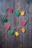 Bunte dekorative Ostereier gemacht vom Papier auf einem hölzernen Hintergrund Draufsicht mit Kopienraum Stockfoto