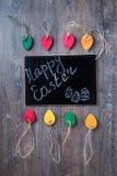 Bunte dekorative Ostereier gemacht vom Papier auf einem hölzernen Hintergrund Draufsicht mit Kopienraum Stockfotos