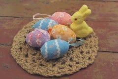 Bunte dekorative Ostereier und Kaninchen Lizenzfreies Stockfoto
