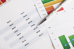 Bunte Diagramme und Zahlen auf Wirtschaft und Geschäft mit einem Stift Stockbilder