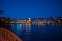 Bunte dockside Geb?ude auf blauem Nachthintergrund in Portofino-Hotel an Universal Studios-Bereich 4 lizenzfreies stockfoto