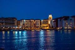 Bunte dockside Gebäude auf blauem Nachthintergrund in Portofino-Hotel an Universal Studios-Bereich 5 lizenzfreie stockfotos
