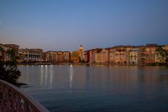 Bunte dockside Gebäude auf Sonnenunterganghintergrund in Portofino-Hotel an Universal Studios-Bereich 2 stockfotos