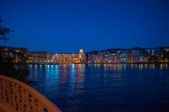 Bunte dockside Geb?ude auf blauem Nachthintergrund in Portofino-Hotel an Universal Studios-Bereich 4 stockbilder