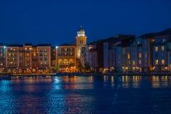 Bunte dockside Geb?ude auf blauem Nachthintergrund in Portofino-Hotel an Universal Studios-Bereich 3 lizenzfreies stockfoto