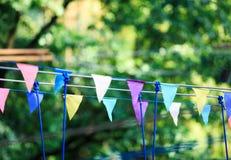 Bunte Dreiecke im Sommerpark Geburtstag, Parteidekor stockbilder