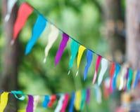 Bunte Dreiecke im Sommerpark Geburtstag, Parteidekor lizenzfreie stockfotos