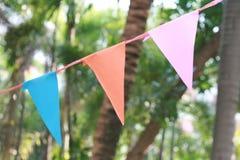 Bunte Dreieckflagge, die in einer Partei im Freien hängt Stockfotos