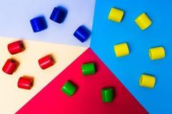 Bunte Eibische auf Pastell farbigem Hintergrund lizenzfreies stockbild