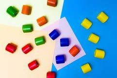 Bunte Eibische auf Pastell farbigem Hintergrund stockbild
