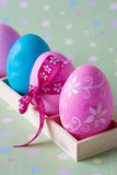 Bunte Eier im hölzernen Kasten Stockfotografie