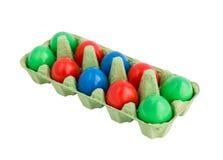 Bunte Eier im Kasten lokalisiert über Weiß Stockfoto