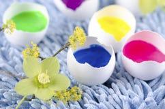 Bunte Eierschalen für glückliche Ostern-Dekoration Stockfotos