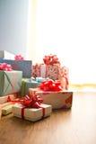 Bunte eingewickelte Geschenkboxen Lizenzfreie Stockbilder