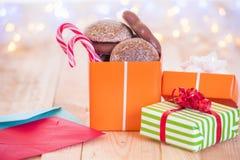 Bunte eingewickelte Geschenke und Buchstaben Lizenzfreies Stockfoto