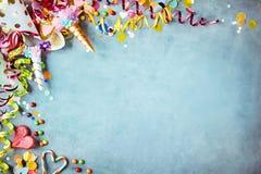 Bunte Einhornkarnevalsgrenze über einem blauen Hintergrund lizenzfreie stockfotos