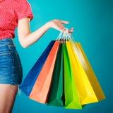 Bunte Einkaufstaschen in der weiblichen Hand Verkaufseinzelhandel Lizenzfreie Stockfotos