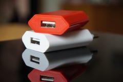 Bunte Energieladegeräte mit USB-Verbindungsstücken für einen Energiepunkt Stockfotografie