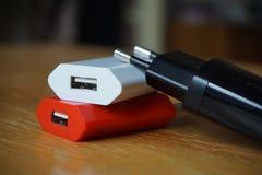 Bunte Energieladegeräte mit USB-Verbindungsstücken für einen Energiepunkt Stockfotos