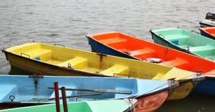 Bunte Erholungboote Stockfotografie