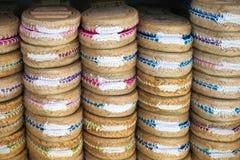 Bunte Espadrilles für Verkauf auf einer kleinen Theke in Spanien Lizenzfreies Stockfoto