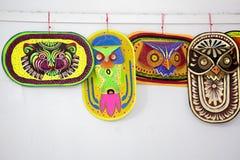 Bunte Eulenmaske, die an der Kunstinstitutwand hängt Stockbild