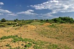 Bunte europäische Wüstenlandschaft unter blauem Himmel Stockfotos