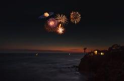 Bunte Explosion von Feuerwerken über dem Emerald Bay-Strand Stockfotografie
