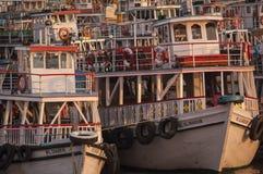 Bunte Fähren nahe dem Zugang nach Indien Lizenzfreie Stockfotos
