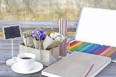 Bunte Farbbleistifte für Kunstzeichnung Notizbuch von Leerseiten w Lizenzfreies Stockfoto