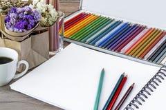 Bunte Farbbleistifte für Kunstzeichnung Notizbuch von Leerseiten w Stockbild