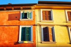 Bunte Fassaden von alten Häusern in Verona (Italien) in der Morgensonne Lizenzfreies Stockbild