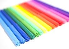 Bunte Federn der geglaubten Spitze Mehrfarbige Stifte auf einem weißen Hintergrund Stockfotografie