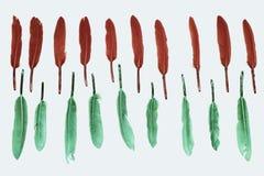 Bunte Federn, rot und grün, auf weißem Hintergrund, stilised Hintergrund Lizenzfreies Stockbild