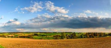 Bunte Felder im belgischen Landschaftspanoramablick mit windm Stockbilder
