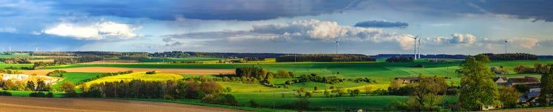Bunte Felder im belgischen Landschaftspanoramablick mit windm Stockfotografie