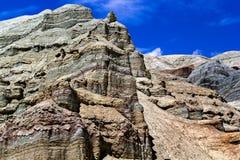 Bunte Felsen auf dem Hintergrund des blauen Himmels mit Wolken lizenzfreies stockfoto