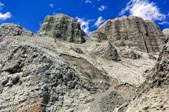 Bunte Felsen auf dem Hintergrund des blauen Himmels mit Wolken lizenzfreie stockbilder