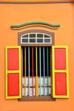 Bunte Fenster und Details über ein Kolonialhaus in wenigem Indien Stockbilder