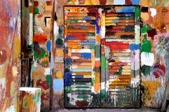 Bunte Fenster und Wand im Ligurien-Dorf Lizenzfreie Stockfotos