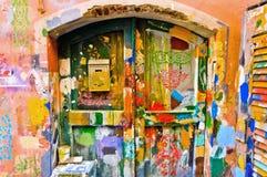 Bunte Fenster und Wand im Ligurien-Dorf Lizenzfreies Stockfoto