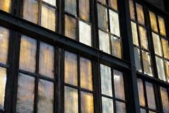 Bunte Fenster in verlassener Fabrik lizenzfreie stockfotos