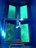 Bunte Fensteransicht zum Meer lizenzfreies stockbild